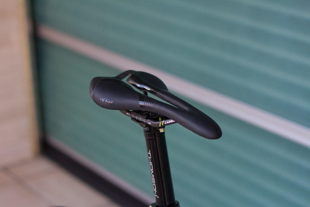 TNI BLACK FEATHER CARBON サドル