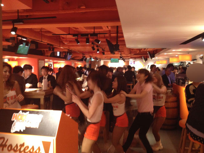 hooters03