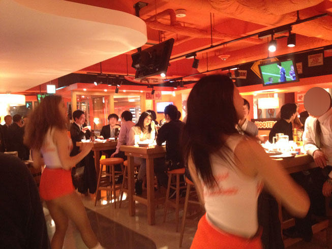 hooters04